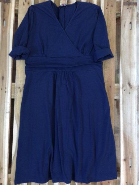 Дамска рокля в тъмно синьо
